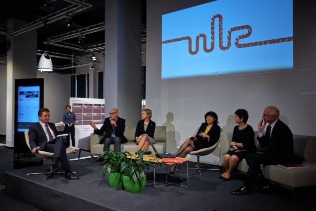 od lewej: prowadzący konferencję Wojciech Szeląg, prof. Marek Adamczewski, prof. Bogumiła Jung, Bożena Gargas, wiceminister Iwona Wendel, oraz Lech Pilawski,